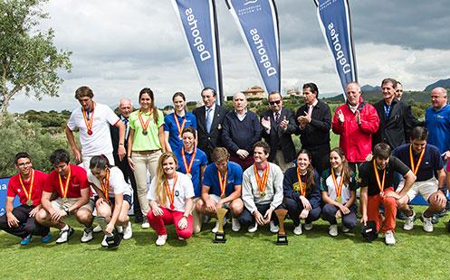 entrega de medallas en el campo de golf