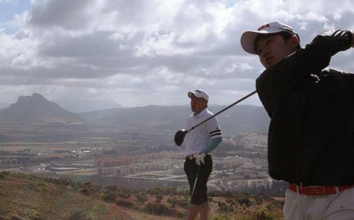 jugadores en el campo con paisaje de la peña