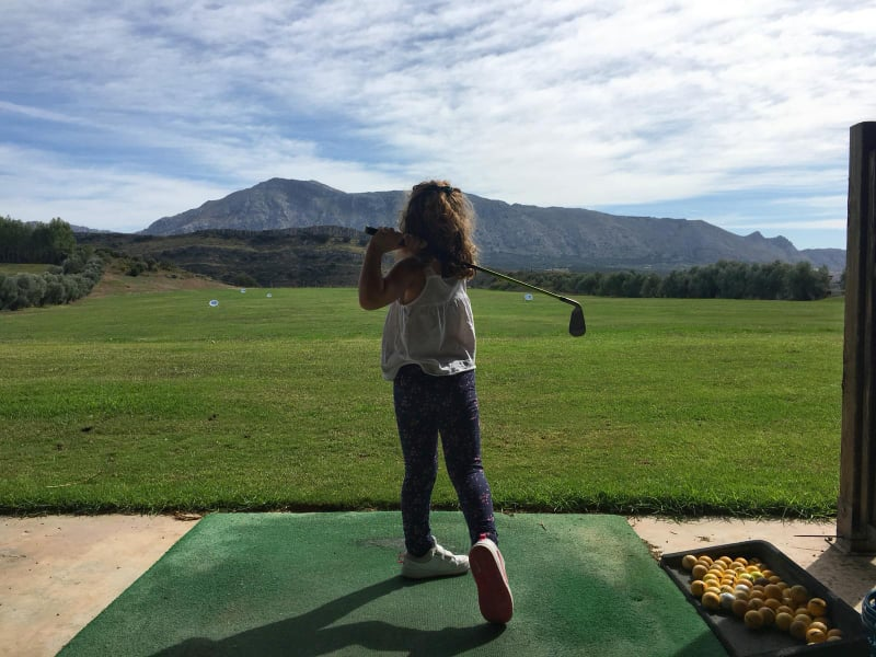 El golf ya forma parte de la programación escolar de los alumnos de primaria de Antequera